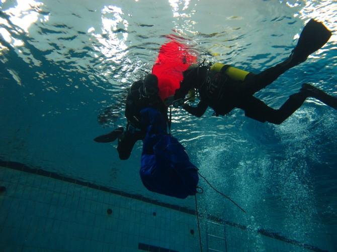 수중과학수사대가 훈련 과정에서 시체(마네킹)의 피부가 상하지 않도록 시체낭에 넣어 인양하고 있다. - PSAI KOREA 제공